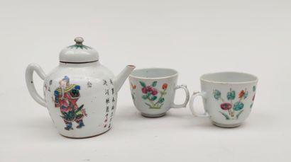 Petite THEIERE et deux tasses en porcelaine...