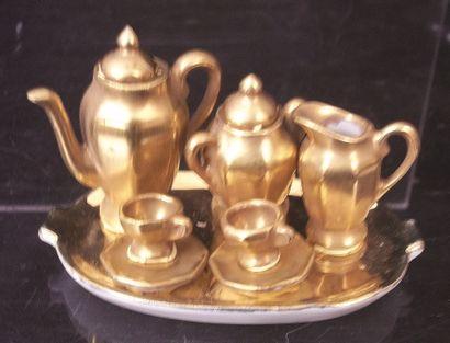 Petit service «tête à tête» de porcelaine miniature dorée avec plateau de forme...