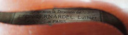 VIOLON entier portant une étiquette marquée Léon Bernardelle avec un étui. Long.:...