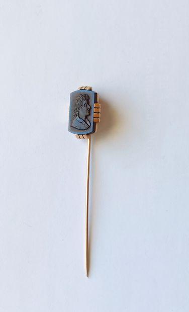 EPINGLE en or jaune 750°/°° ornée d'un cabochon rectangulaire à motif d'un buste...