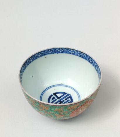 BOL en porcelaine à décor émaillé polychrome...