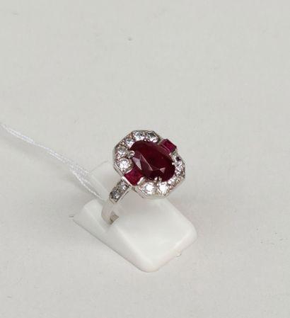 Bague en or gris 750°/00 sertie d'un rubis de 2.50 carats et de diamants taille...