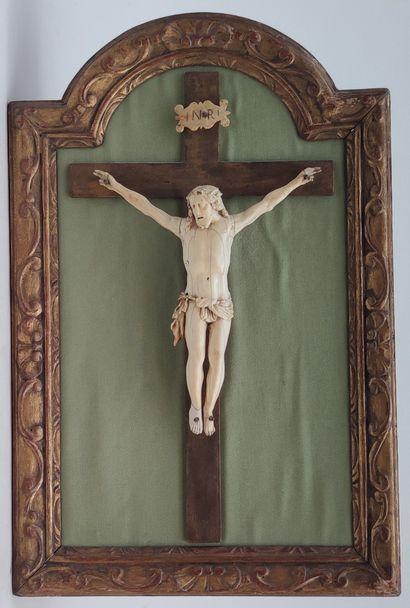 CHRIST en ivoire en ivoire sculpté sur croix...