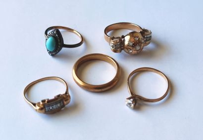 LOT in yellow gold 750°/°° comprising: four rings with stones and a wedding band...