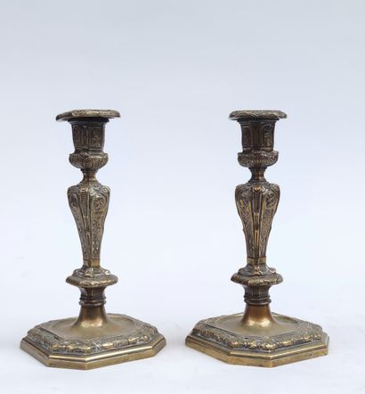 Paire de BOUGEOIRS en bronze ciselé à motifs...