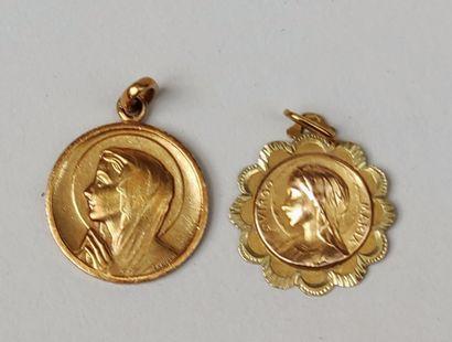 LOT de deux médailles à représentations...