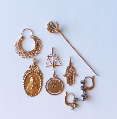 LOT in yellow gold 750°/°° comprising : two medals, two pendants, a pin, a single...