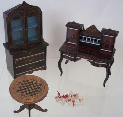 Deuxmeubles miniatures de style Biedermeyer , un secrétaire avec 5 tiroirs et 4...