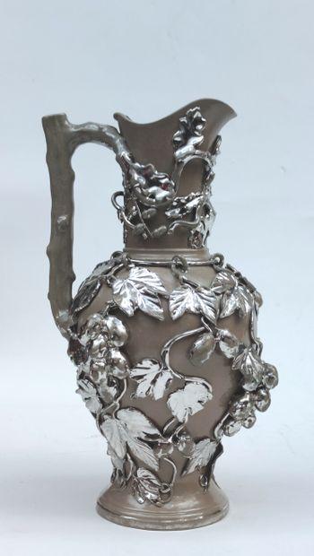KERAMIS Verseuse en terre cuite à motifs de grappes de raisins argentées en relief,...