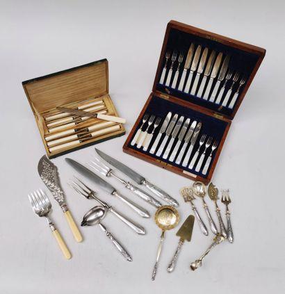 LOT de couteaux et fourchettes en métal...