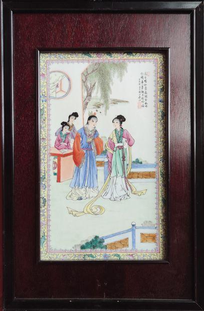 Quatre PLAQUES en porcelaine à décor émaillé polychrome de scènes de palais. encadrements...