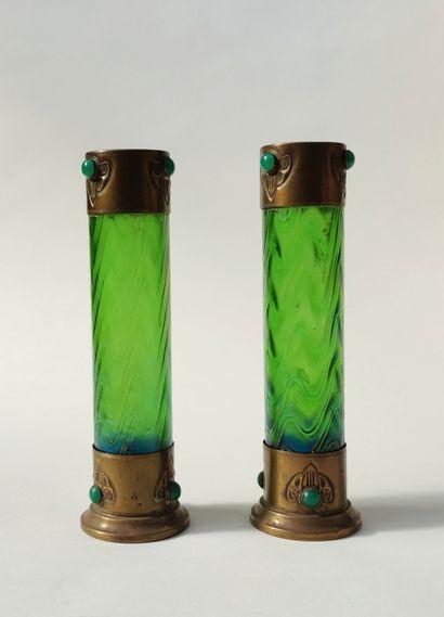 TRAVAIL AUTRICHIEN 1900 / 1920 Paire de VASES de forme tubulaire en verre teinté...