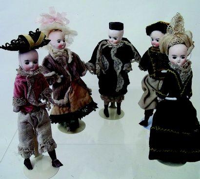 Ensemble de cinq petites poupées anciennes...