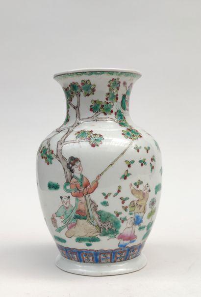 Vase en porcelaine de forme balustre à décor...