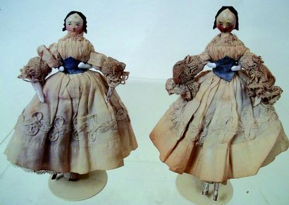 Deux petites poupées en bois corps aux membres articulés, visages peints et chevelures...