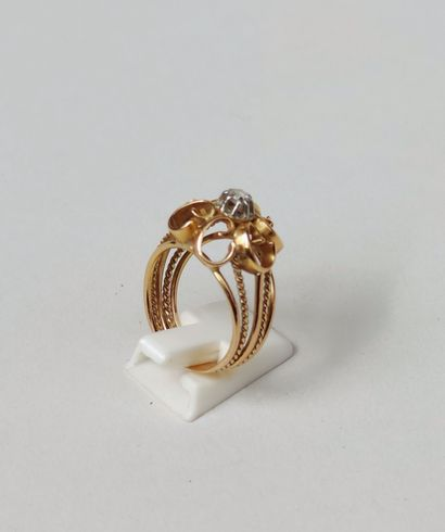 Yellow gold openwork ring with volutes centered on a small cut diamond Gross weight...