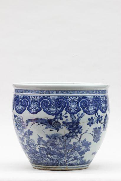 AQUARIUM en porcelaine à décor en camaïeu...