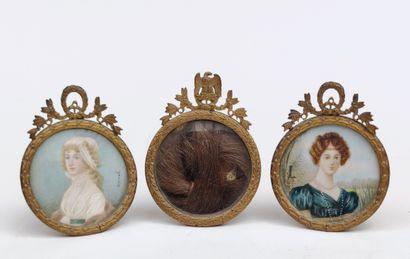 LOT de trois petits cadres de table ronds en métal de style Louis XVI : deux avec...