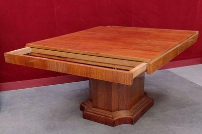 TABLE en bois de placage à pied central et plateau carré logeant deux supports mobiles...