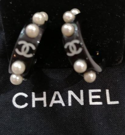 Georges Desrue pour Chanel - (années 1990)  Paire de créoles en résine noire agrémentées...