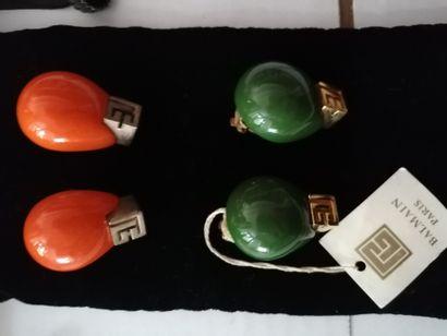 Pierre Balmain - (années 1970)  deux paires de clips d'oreilles en résine de style...