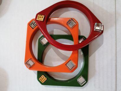 Pierre Balmain - (années 1970)  Trois bracelets joncs en résine de style futuriste...