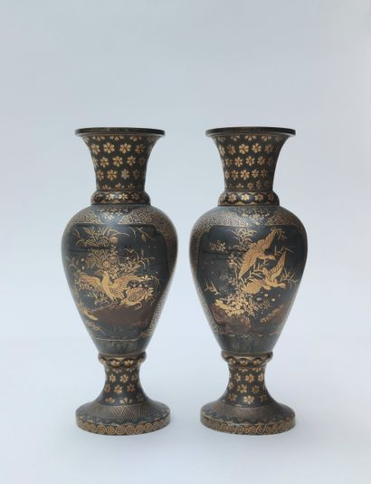 PETITE PAIRE de vases en métal de forme balustre,...