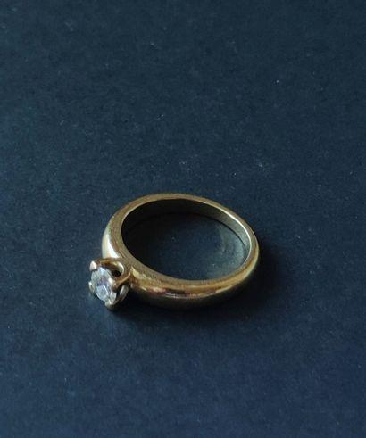 BAGUE en or jaune 750 °/°° de forme jonc sertie d'un diamant en solitaire de taille...