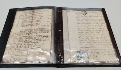 Ensemble de documents anciens manuscrits...