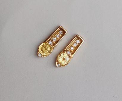 Paire de boucles d'oreilles en or jaune...
