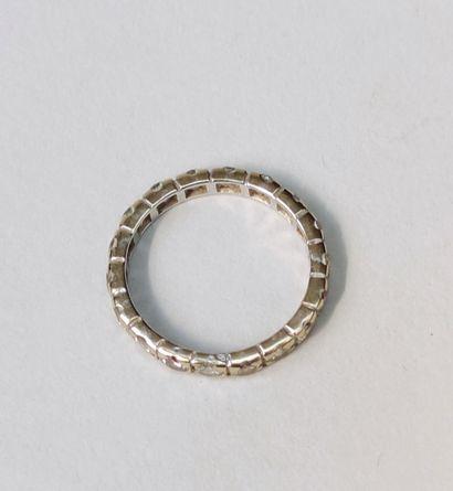 Alliance en or blanc 750°/00 avec suites de diamants, Poids brut : 2.8 g tour de...