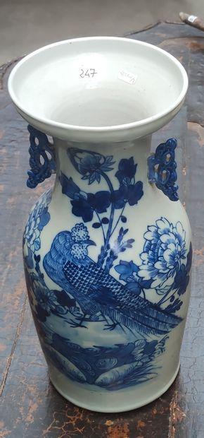 VASE en porcelaine à décor floral bleu sur...