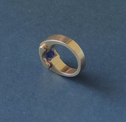 BAGUE large en or jaune 750 °/°° sertie d'une pierre taillée. Poids brut : 16.8...