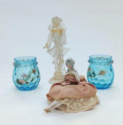 Paire de petits vases en verrerie bleutée...