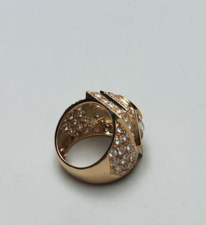 Importante bague jonc à décor géométrique en or 750 millièmes centrée d'un cabochon...