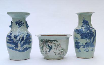 Lot comprenant un cache pot et deux vases...