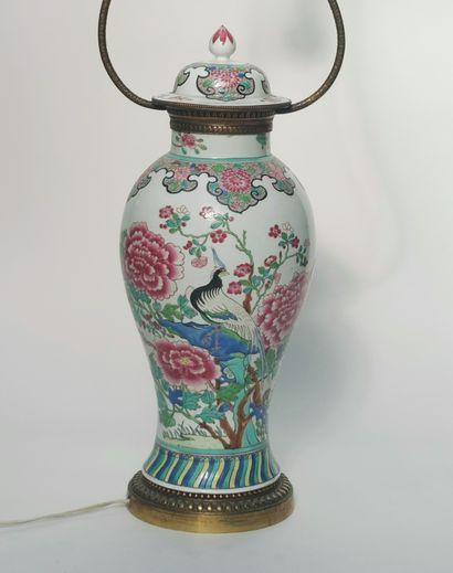 LAMPE, le pied en forme de vase couvert en...