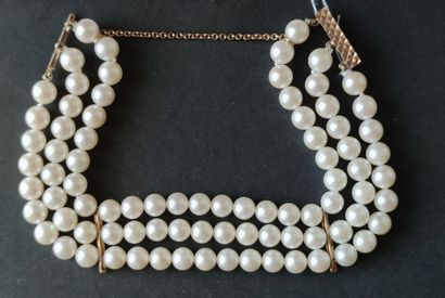 BRACELET à trois rangs de perles de culture...