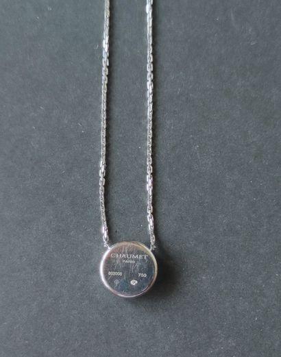 CHAUMET Paris  TOUR DE COU en or gris 750°/°° , la chaine soutenant un motif rond...