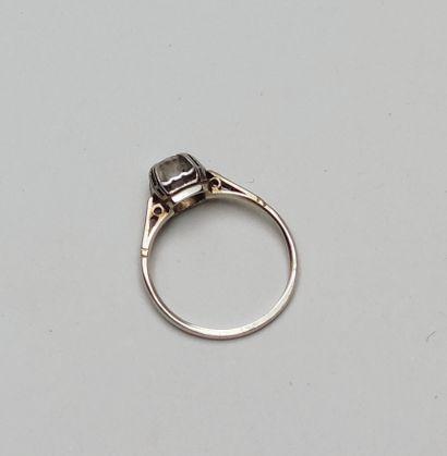 Bague en or blanc 750°/00 et platine, sertie d'un diamant central taille brillant,...