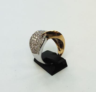 Bague jonc 2 ors 750 millièmes composée de 2 motifs de feuille pavés de diamants...