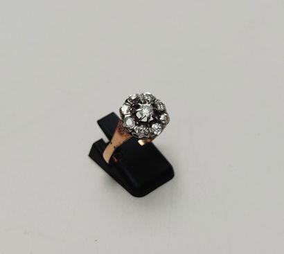 BAGUE en or jaune 750°/00 et platine de forme fleur, sertie de petits diamants taillés...