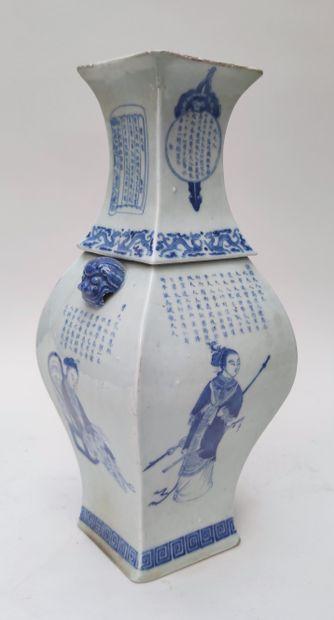 VASE en porcelaine de forme balustre quadrangulaire...