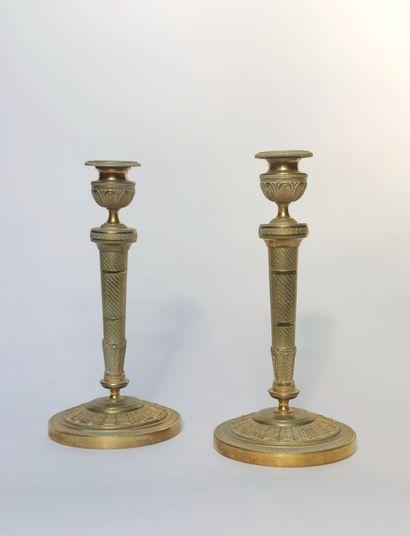 Paire de BOUGEOIRS en bronze doré de style...