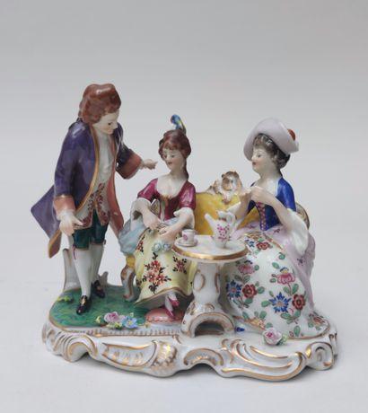 Petit GROUPE, en porcelaine émaillée polychrome,...
