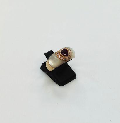 Bague jonc en or 750 millièmes centrée d'un rubis taille cœur en serti clos entouré...