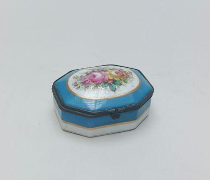 Petite BOITE de forme octogonale en porcelaine...
