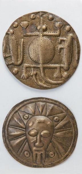 DEUX PLAQUES ORNEMENTALES en bronze repoussé,...