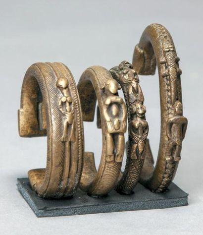 ENSEMBLE DE QUATRE BRACELETS en bronze portant...