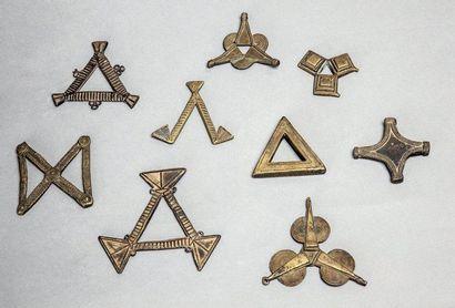 RARE ENSEMBLE DE NEUF POIDS de motif triangulaire....